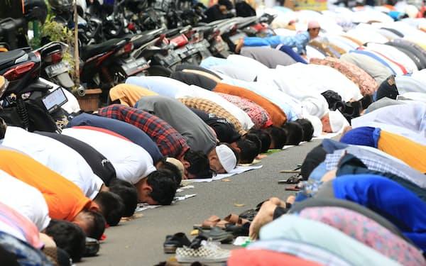 モスクの前で礼拝するムスリム(ジャカルタ)