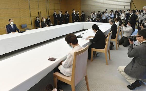 建設アスベスト訴訟の原告団(手前)と面会する菅首相(左端)=18日、共同