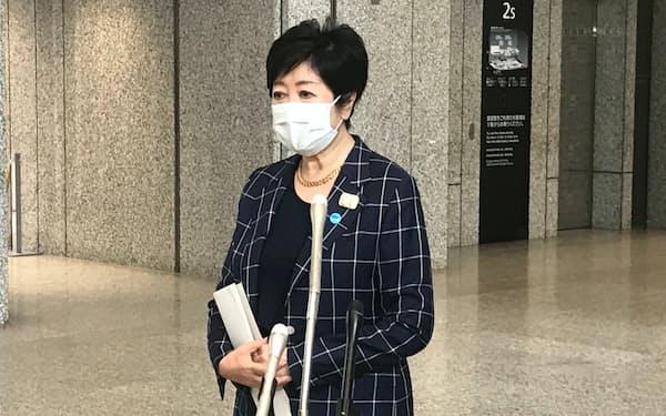 報道陣の取材に応じる小池知事(18日、東京都庁)