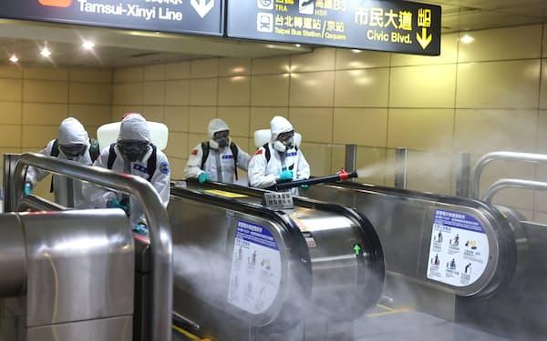 台湾では新型コロナが急拡大してきた(18日、台北市中心部の駅構内)=ロイター