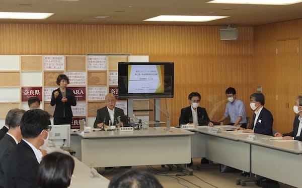奈良県の新型コロナウイルス感染症対策本部会議で発言する荒井正吾知事