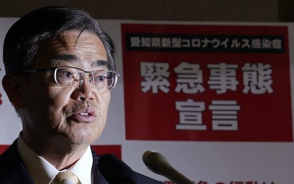 政府の緊急事態宣言追加について愛知県庁で記者会見する大村秀章知事=7日夜
