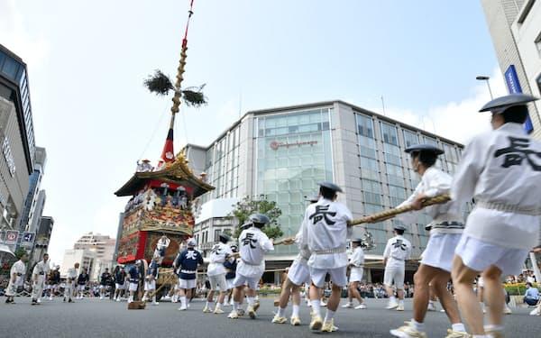 祇園祭前祭の山鉾巡行で披露された長刀鉾の「辻回し」(2019年の様子、京都市)