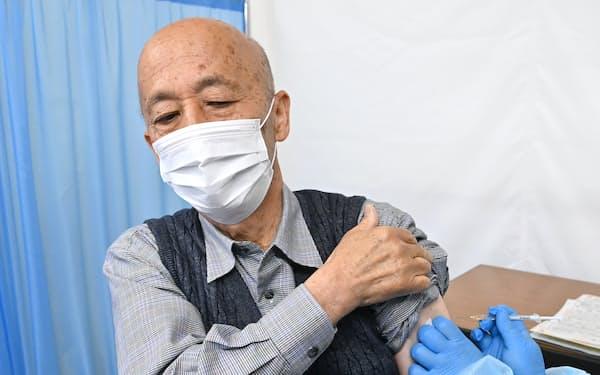 新型コロナウイルスワクチンの接種を受ける高齢者(東京都八王子市、4月12日)