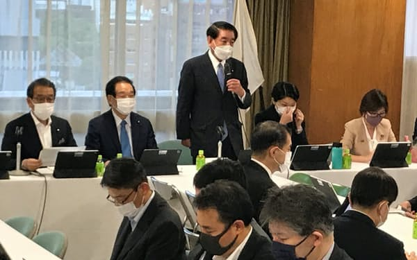 自民党財政再建推進本部の会合であいさつする下村政調会長(18日、党本部)