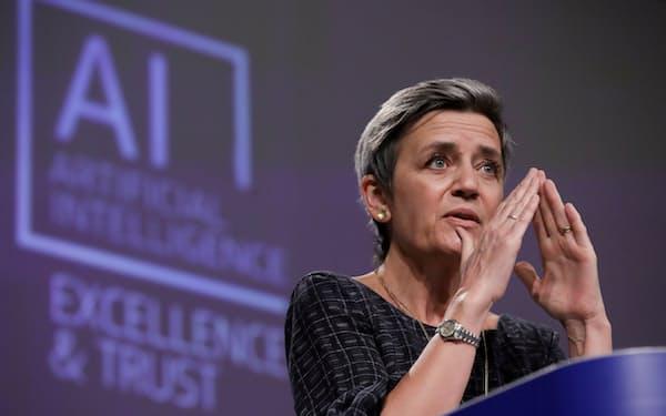 AI規制案を発表するEU・欧州委員会のベステアー上級副委員長(4月21日、ブリュッセル)=ロイター