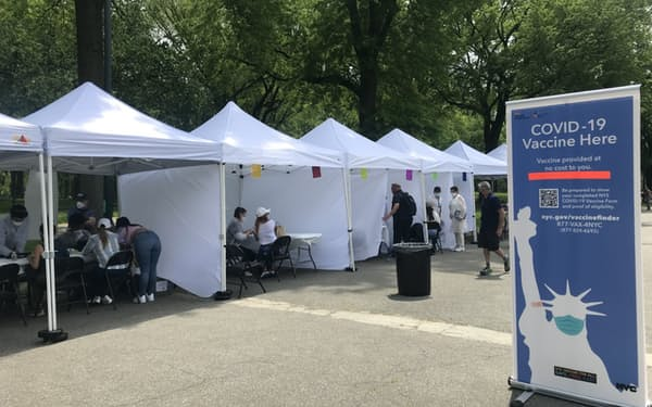 ニューヨーク市は観光客にもワクチンの接種を始めた(16日、市内のセントラルパーク)