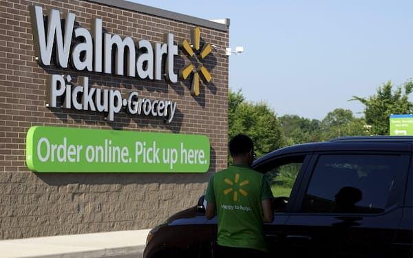 ウォルマートは店舗網を生かした即日宅配やピックアップサービスで巣ごもり需要を取り込んできた=ロイター