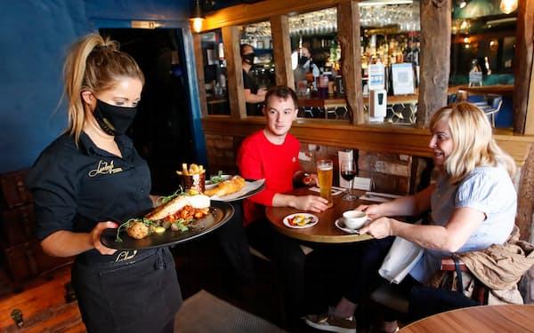 英イングランドでは約5カ月ぶりに飲食店の店内営業が再開し、経済正常化に前進した(17日)=ロイター