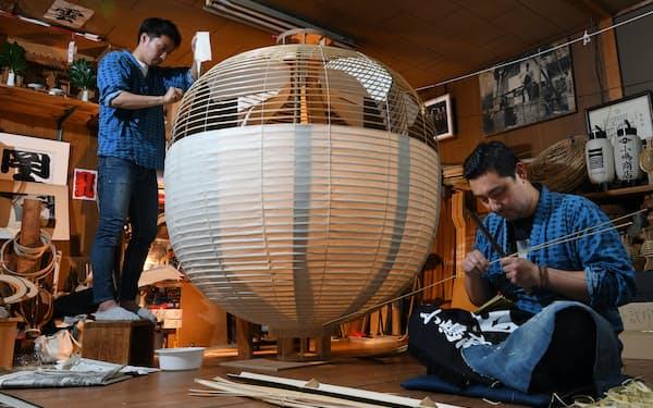 兄弟で京提灯を製作する小嶋商店の小嶋俊さん(右)と諒さん=柏原敬樹撮影