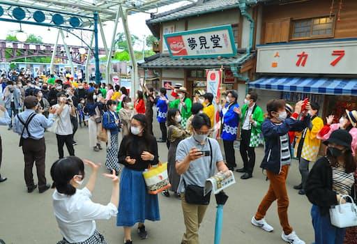 リニューアルオープンした西武園ゆうえんちを訪れた人たち(19日、埼玉県所沢市)=岡田真撮影