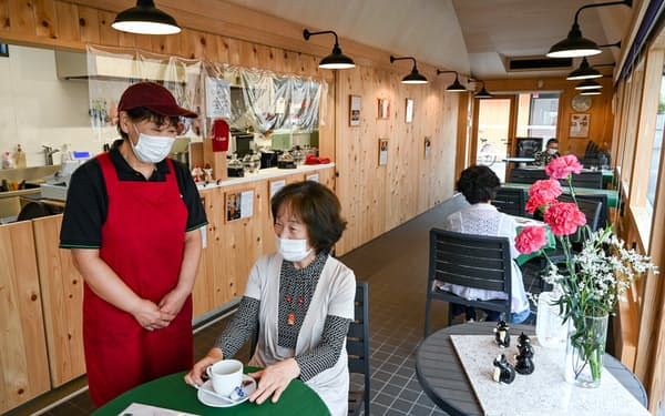 佐原信用金庫の支店跡地で営業する「Chopin」の店主の中山さん(左、千葉県香取市)
