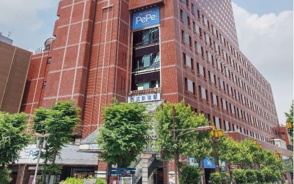 西武新宿駅が入る建物。東京メトロやJRの新宿駅とは距離が離れており、既存の地下通路経由だと徒歩10分以上かかる