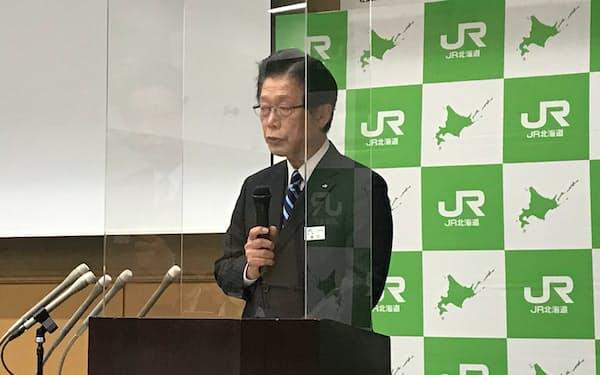 記者会見するJR北海道の島田修社長(19日、札幌市)