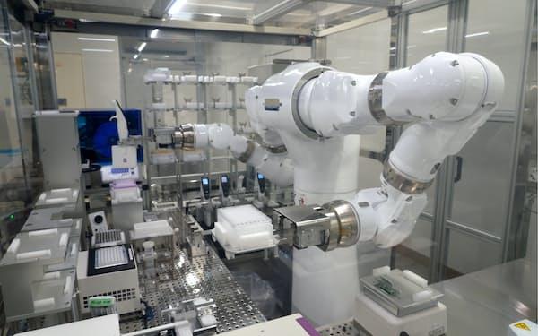 新型コロナウイルスのゲノム解析の準備作業を担う汎用ヒト型ロボット「まほろ」(茨城県つくば市)