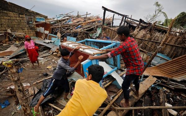 サイクロンによる家屋の倒壊などが相次いだ(5月18日、西部グジャラート州)=ロイター