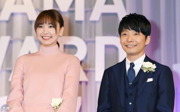 2017年10月、東京ドラマアウォードで「逃げるは恥だが役に立つ」が連続ドラマ部門グランプリに選ばれ、笑顔の星野源さん(右)と新垣結衣さん=東京都港区
