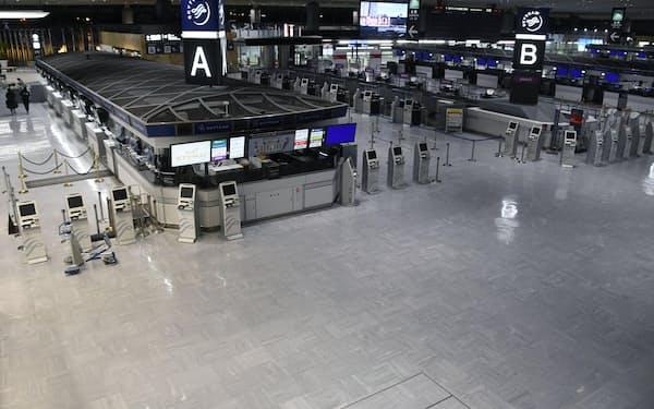 閑散とする成田空港第1ターミナル出発ロビー=14日、成田空港