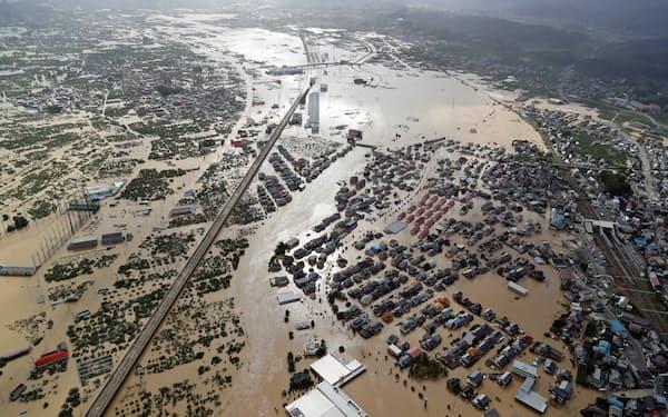 千曲川の堤防が決壊して大規模浸水した市街地(13日、長野市)