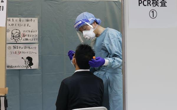 空港では帰国・入国者のPCR検査が行われている=共同