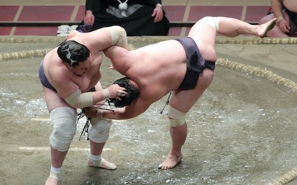 照ノ富士(左)は妙義龍のまげをつかむ反則で初黒星=共同