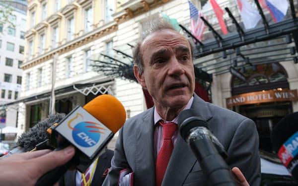 協議後、記者団の質問に答える欧州対外活動庁のモラ事務局次長(19日、ウィーン)=マルクス・イーゲル撮影
