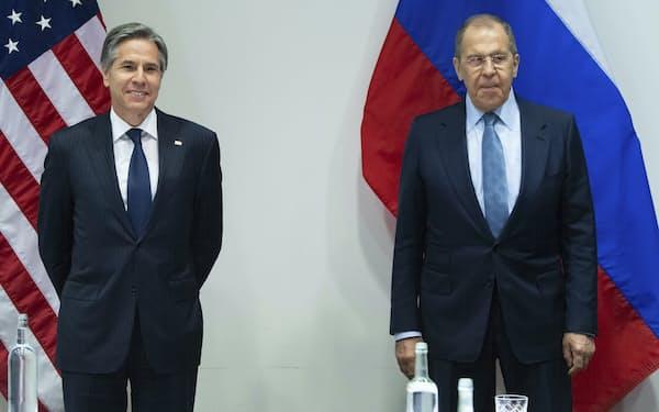 19日、ロシアのラブロフ外相(右)と初めて対面形式で会談したブリンケン米国務長官(アイスランドのレイキャビク)=AP