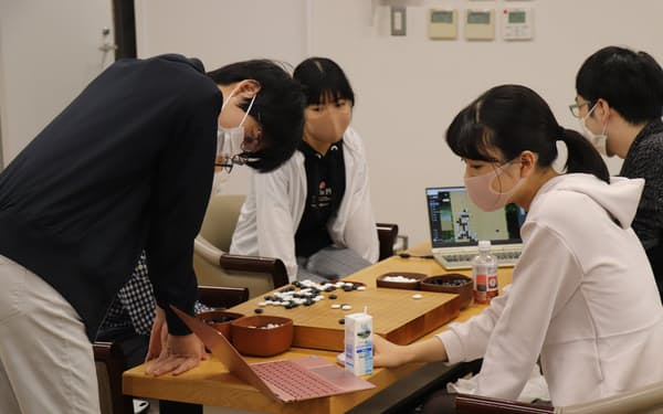 AI研究会では若手棋士らがいくつものAIを使って最善手を探っている