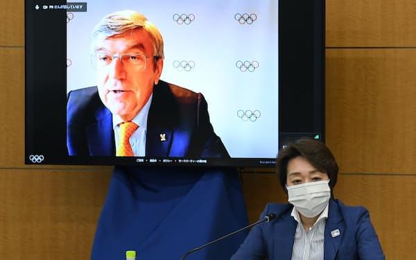 IOC調整委員会会議でIOCのトーマス・バッハ会長(左)の発言を聞く東京五輪・パラリンピック大会組織委員会の橋本聖子会長(19日、東京都中央区)