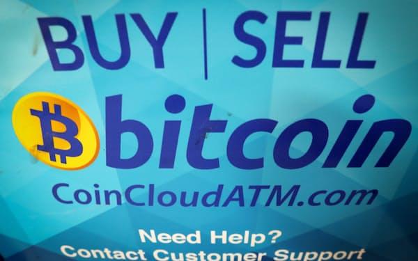 ビットコインの売買ができるATMの画面。仮想通貨の乱高下が一段と激しさを増している=ロイター
