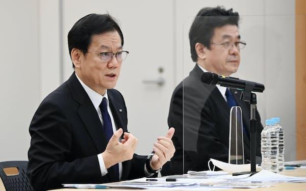 システムを担当する石井氏㊨が取締役を退任することになった(3月17日、東京・大手町)