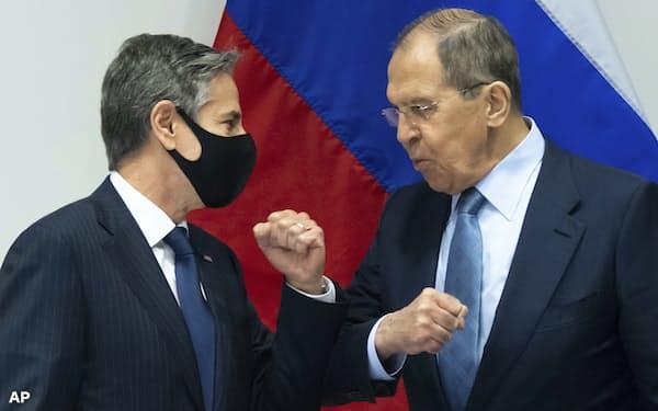 19日、ブリンケン米国務長官(左)はロシアのラブロフ外相との会談で「双方の指導者が協力すれば世界はより安全になる」と述べた(アイスランドのレイキャビク)=AP