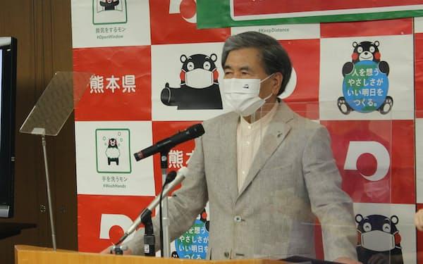 記者会見する熊本県の蒲島知事(20日、県庁)