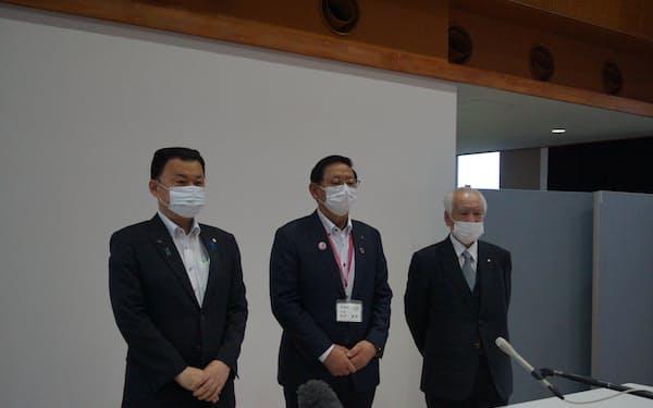 会議後に取材に応じる左から丸山達也知事、安来市の田中武夫市長、安来商工会議所の木口重樹会頭