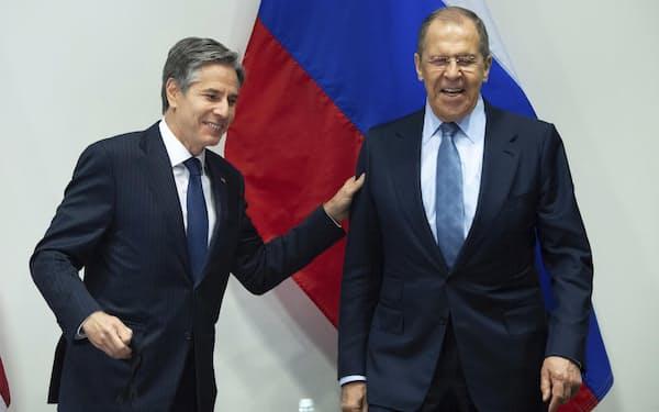 会談冒頭では笑顔も見られた(19日、レイキャビクで会談に臨むブリンケン国務長官㊧とラブロフ外相)=AP