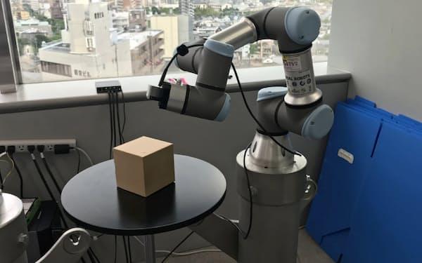 ロボットアームに画像解析AIを組み込めば製品検査などに応用できる(京都市内のRistの事業所)