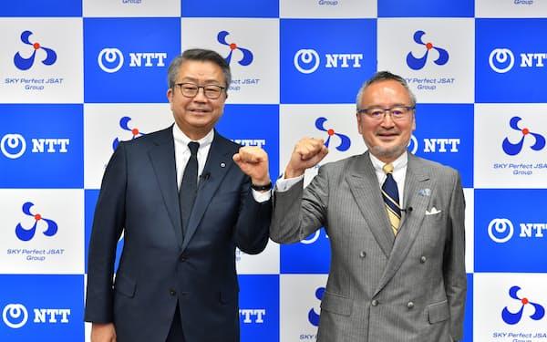 業務提携を発表したNTTの澤田純社長(左)とスカパーJの米倉英一社長
