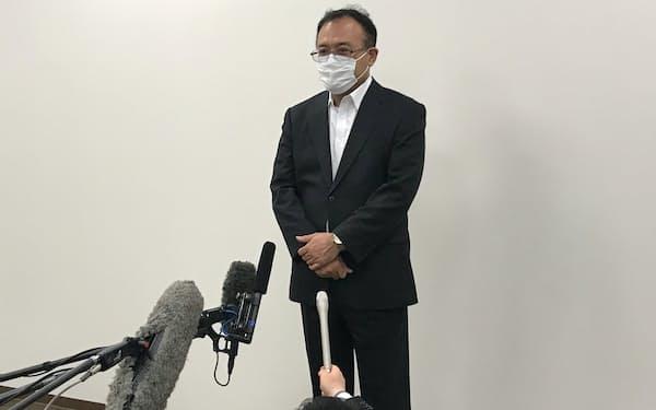 報道陣の質問に答える日本製鉄の福田和久副社長(20日、広島県呉市)