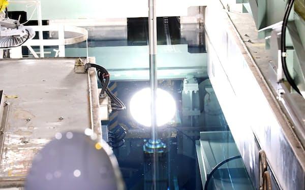 関西電力は美浜原子力発電所3号機に核燃料を入れる作業を始めた(20日、福井県美浜町)=代表撮影