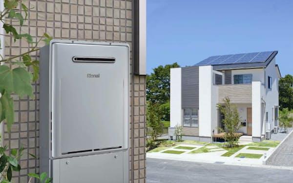 高効率給湯器㊧や太陽光発電設備の設置を促す