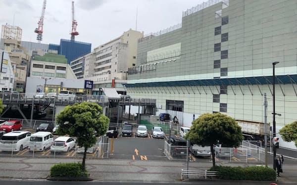 大和ハウス工業がビルを建設する駐車場。右は解体が進む三越跡。奥が千葉駅で、クレーンが立つ建設中の再開発ビルにはビックカメラが進出
