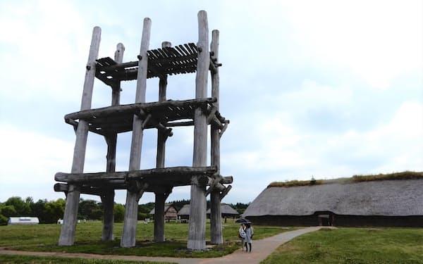 青森市の三内丸山遺跡は大型掘立柱建物が特徴だ(補修工事前)