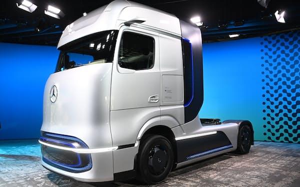 ダイムラーの燃料電池トラックの試作車=AP