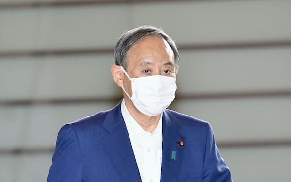 首相官邸に入る菅義偉首相(20日)=共同
