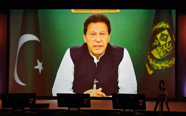 「アジアの未来」で講演するパキスタンのカーン首相(21日午前)