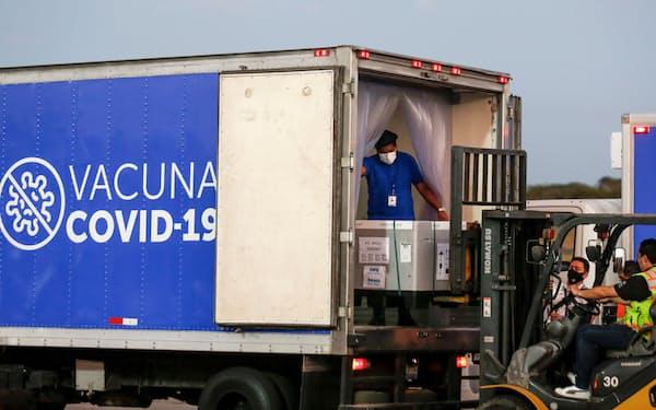 サミットでは低所得国などにワクチンを届ける「COVAX」など国際的な枠組みの強化を議論する(3月、エルサルバドルの空港に届いたワクチン)=ロイター