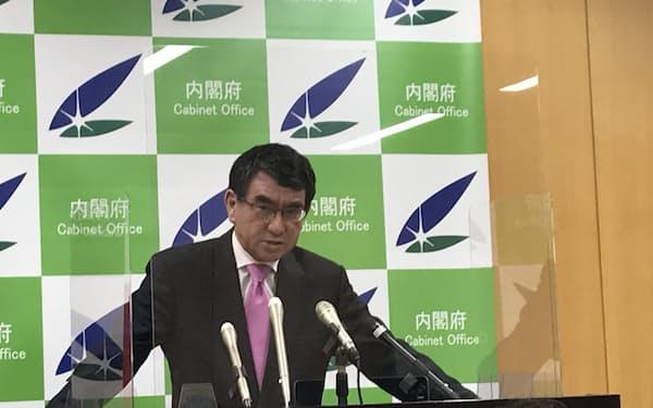 閣議後の記者会見に臨む河野規制改革相(5月21日)