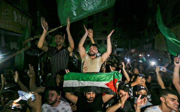 停戦を喜ぶパレスチナ人(21日、パレスチナ自治区ガザ)=ロイター