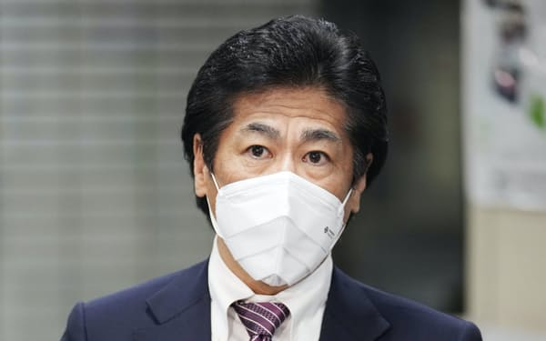 田村厚労相は米モデルナ製と英アストラゼネカ製のワクチンを正式に承認した=共同