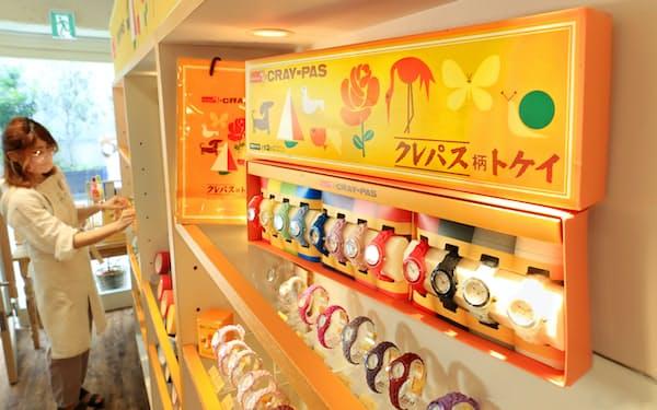 コラボ時計「クレパス柄トケイ」12色セット限定ボックス(東京・表参道)